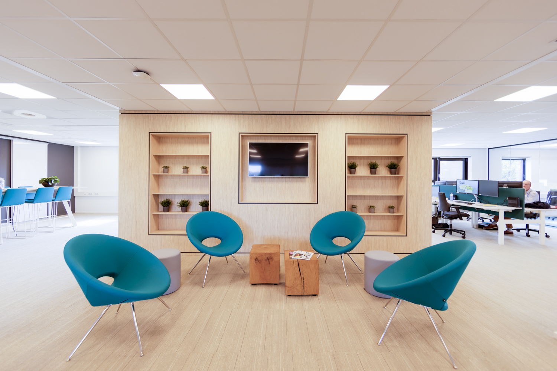 Zitruimte kantoor met blond hout plaatmateriaal en blauwe stoelen
