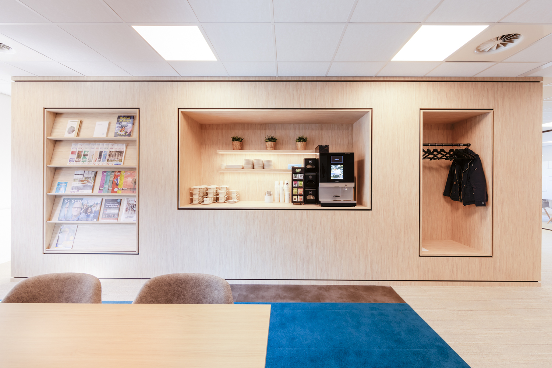 Pantry kantoor uitgevoerd in blond hout decoratief plaatmateriaal