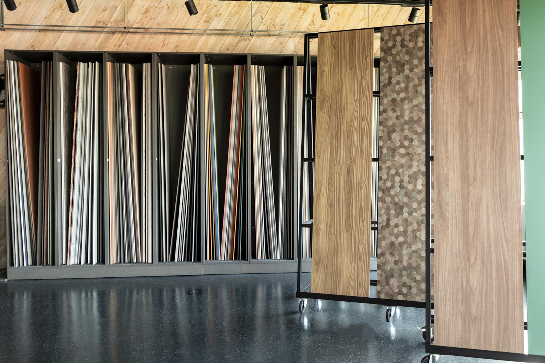 Grote panelen decoratief plaatmateriaal in showroom