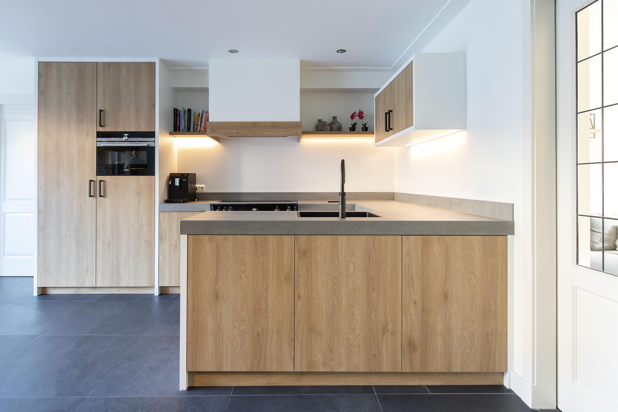 Keuken in decoratief plaatmateriaal met eikenhout structuur