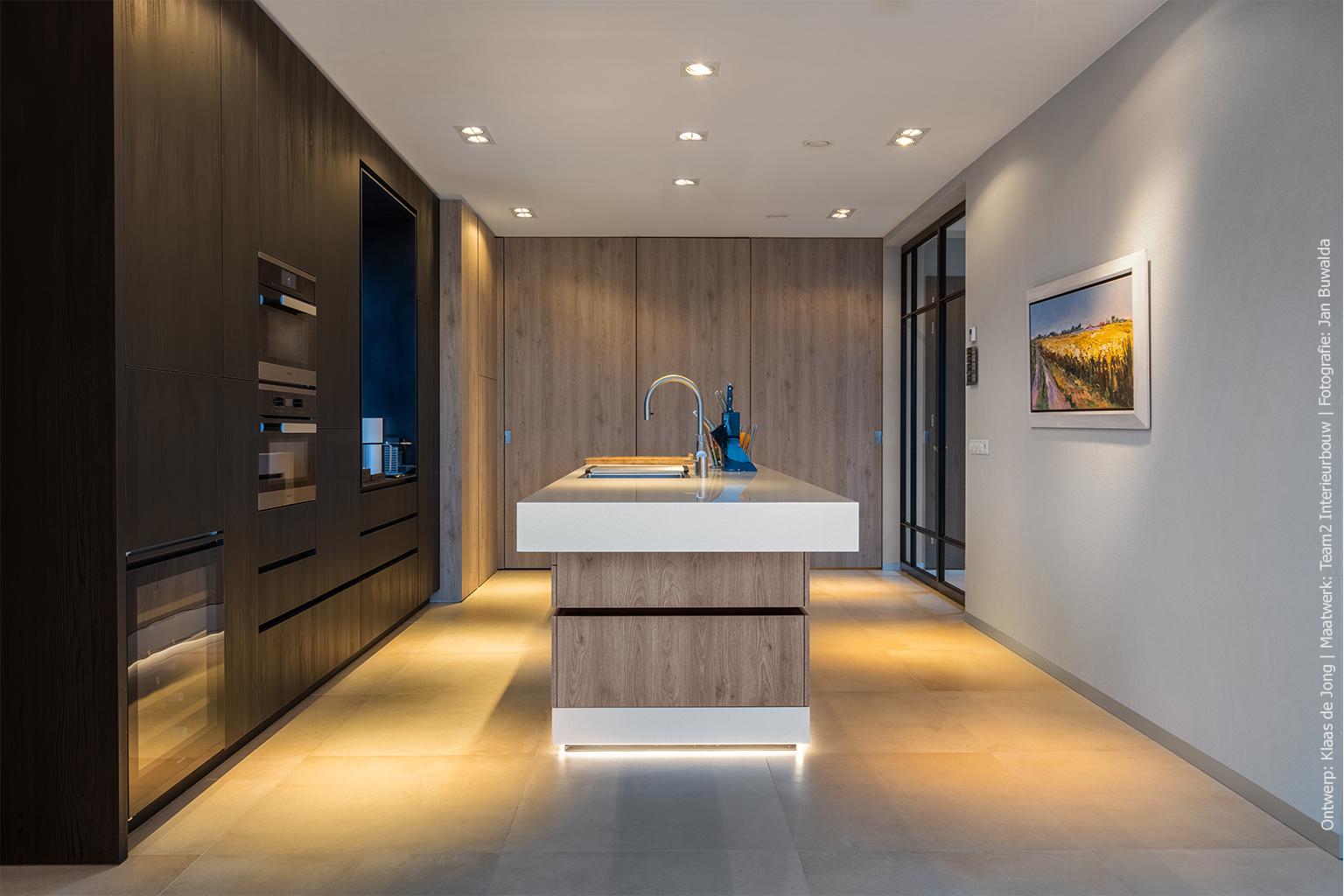 Maatwerk keuken in zwarte houtlook en lichte houtlook in S122 Pembroke en U129 Esperia